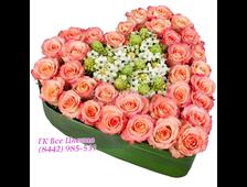 Розовые розы с зеленью в форме сердца