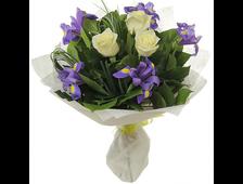 букет белые розы и ирисы