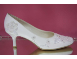 Свадебные туфли белые маленький устойчивый каблук украшены вышивкой бисером и стразами серебренными