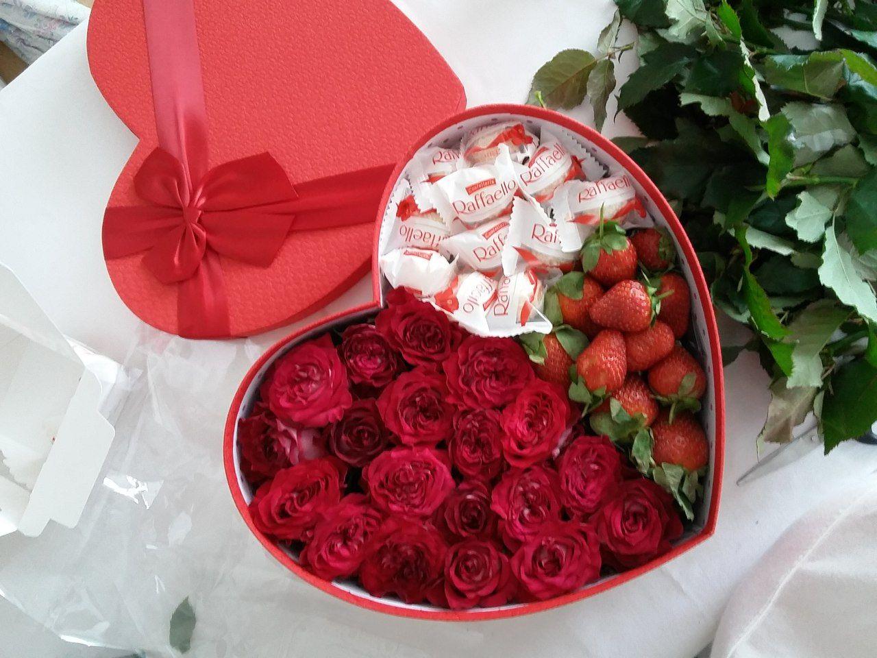 Клубника и цветы в коробке фото