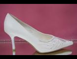 Белые свадебные туфли острый мыс средний каблук шпилька украшены декором стразами  № 667-113=667