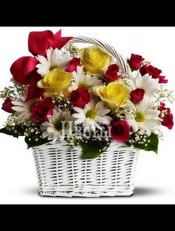 Корзина из роз и ромашковых хризантем