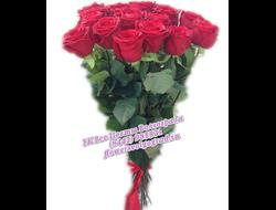 15 алых роз украшенные зеленью