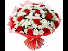 Красные розы и Хризантема букет Клубника со сливками