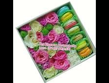 Набор цветов с макарунами (с пироженым) в коробке Какая Нежность
