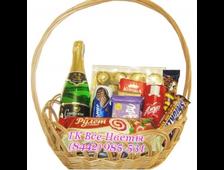 Корзина с шампанским, шоколадом, конфетами и другими сладостями