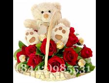 Мишка, розы и конфеты в корзине