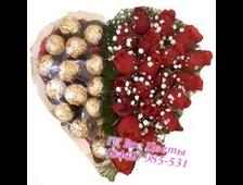 25 красных роз в виде сердца с конфетами