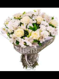 Букет из кремовых роз и альстромерии