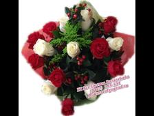 Букет из 15 роз с красивой зеленью Париж
