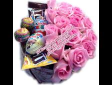 Цветы и сладости в шляпной коробке