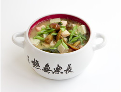 Бульон Мисо, лосось, водоросли Вакаме, грибы Намеко, творог Тофу, зеленый лук.