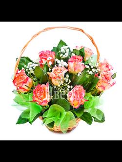 Небольшая корзинка с розами