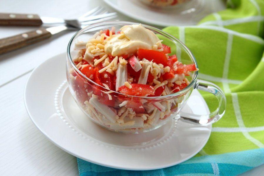 Салат из помидоры крабовых палочек сыра и зелени