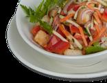 Салат Итальянский: микс из салатных листьев, цуккини, свежая морковь, помидоры, болгарский перец, красный лук, сухарики, соус бальзамический, 190 гр, 309 Ккал