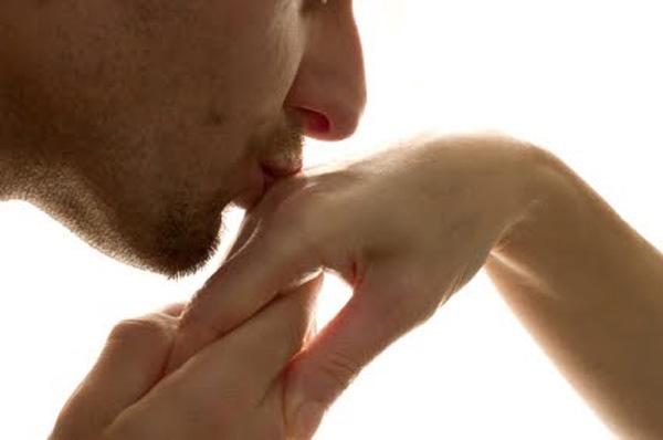 Что значит когда мужчина целует руки своей женщине 335