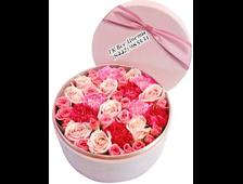 Букет нежной гаммы роз в круглой шляпной коробке