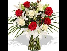 Букет Лилии белой с 5 красными и 4 белыми розами с пальмой