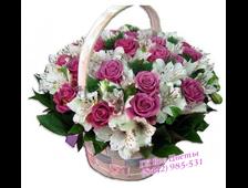 Корзина розовых роз и белой альстромерии