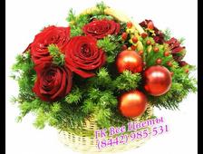 Корзины на новый год с цветами и декором из елки и шаров