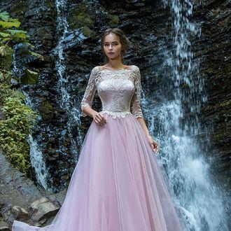 09255e09f52 Розовое пышное платье с золотой вышивкой и рукавом