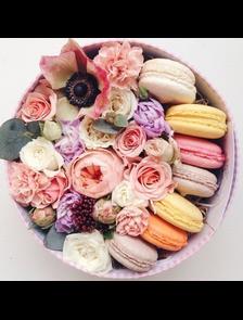 Коробка с цветами и макаронсами