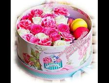 Шляпная коробка подарочная с 21 розой и макарунами