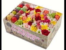 Яркие цветочки с макарунами в коробочке в подарок