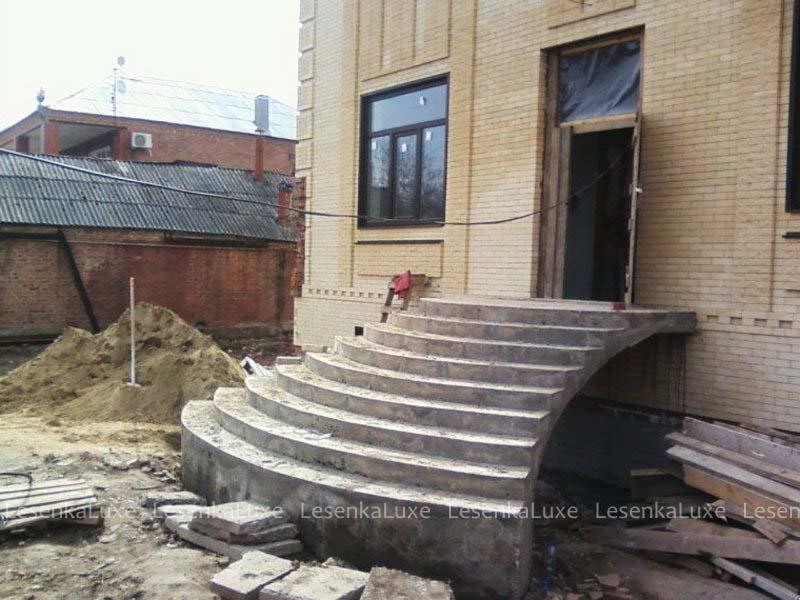 Входная бетонная лестница в частный дом