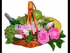 Праздничная подарочная корзина с цветами и фруктами