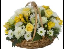Корзина желтых роз с белой хризантемой и альстромерией