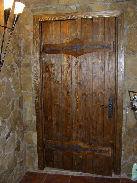 Дверь в деревенском доме