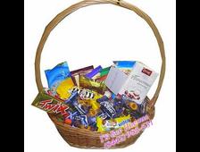 Средняя подарочная корзина с ассорти шоколадом