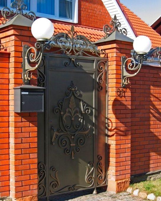 металлические двери во двор