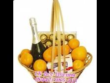 Подарочная корзина с шампанским, конфетами и мандаринами
