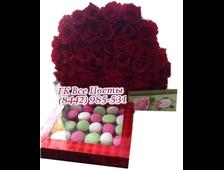 Цветы розы 51 штука и коробка макаруни