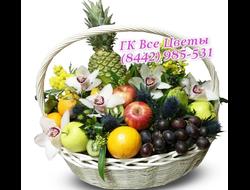 Корзина с фруктами и с цветами Орхидеи