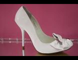 Распродажа свадебные туфли белые лаковые кожаные украшены бантиком из кожи и пряжкой средний каблук шпилька № КБ
