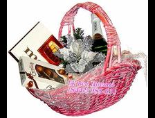 Новогодняя Подарочная корзина Новогодняя с конфетами и шампанским