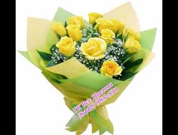 11 желтых роз с белым оформлением
