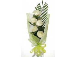 Букеты из 5 белых роз с пальмовыми листьями