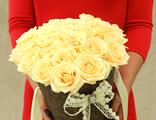 Букет из 25 кремовых роз в дизайнерском конусе