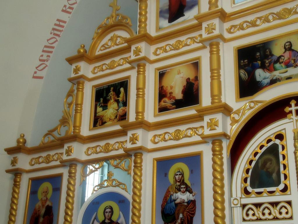 Золотой иконостас на заказ, изготовление белых с золотом иконостасов