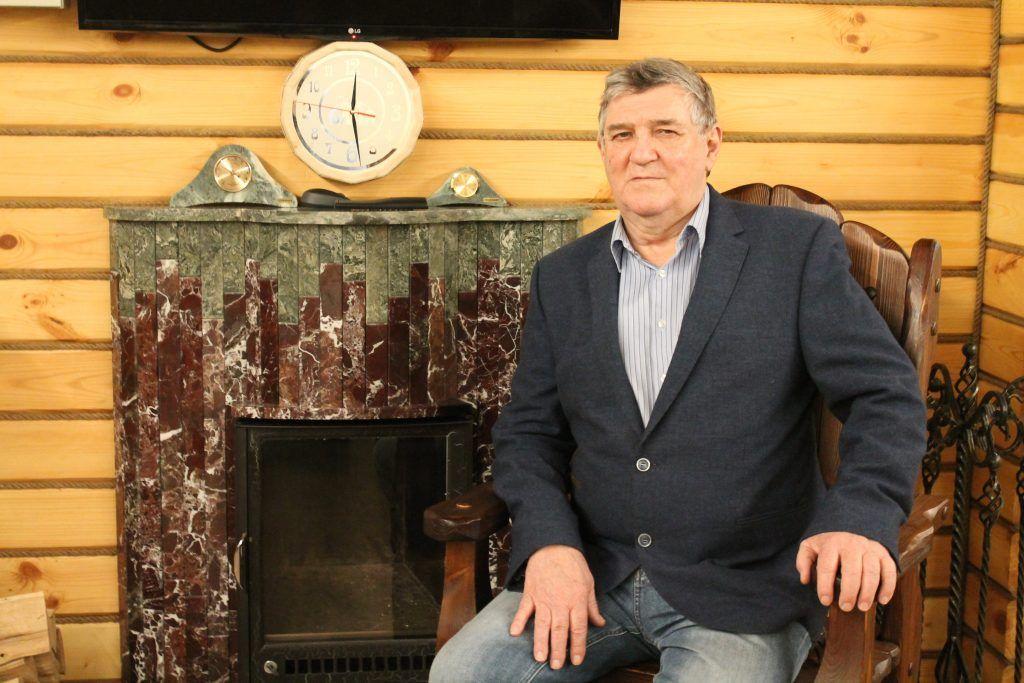 Артур Павлович Ферингер возле печи VOHRINGER