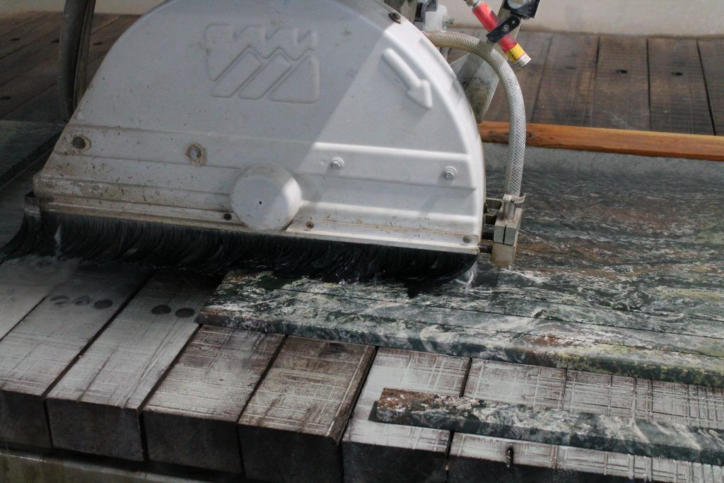 Камнеобрабатывающий станок в работе