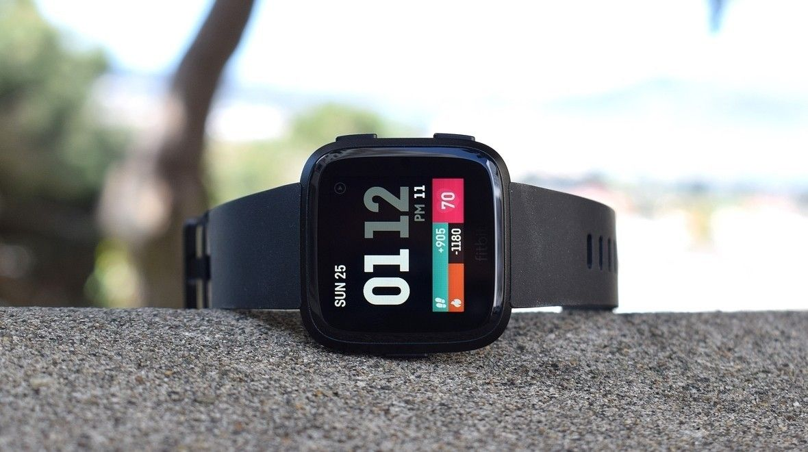 Обзор: Fitbit Versa. Популярные спортивные умные час на каждый день.