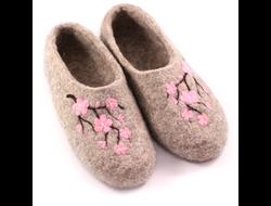 Войлочные тапочки «Цветение сакуры» серые