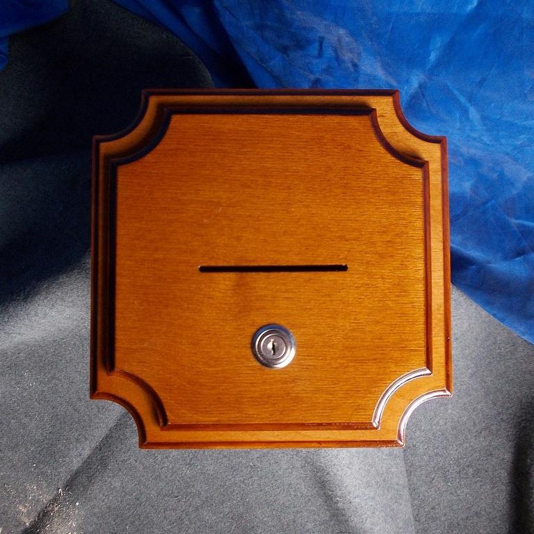 Резной ящик для жертвы храму
