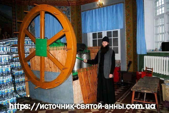 Источник в Почаевской Лавре фото