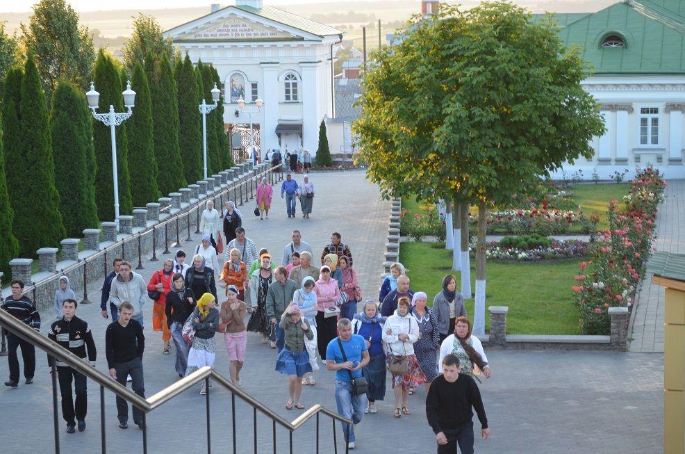 паломники в Почаївській Лаврі фото